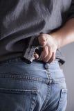 Verstecken einer Waffe Lizenzfreie Stockfotografie