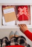 Verstecken eines Geschenkes Lizenzfreie Stockfotos