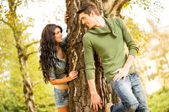 Verstecken hinter einem Baum Lizenzfreie Stockfotos