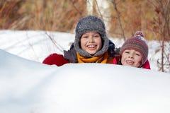 Verstecken im Schnee Lizenzfreie Stockfotos