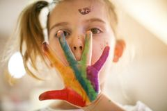 verstecken Kleines Mädchen mit Farbe stockfotografie