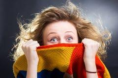 Verstecken nach einer Wolljacke stockfotos