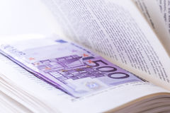 Verstecken Sie 500 Eurobanknoten im Bucheinsparung Geld Lizenzfreie Stockfotos
