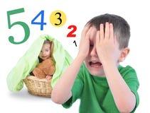 Verstecken Sie sich und gehen Sie Suchvorgang-Zahlenspiel auf Weiß Stockfotos