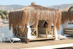 Verstecken Sie sich vom hellen Sonnenschein in Portugal in diesem loungehut Stockfotos