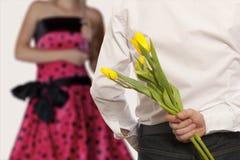 Versteckende Blumenstraußblumen des Mannes Stockfotografie