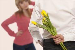 Versteckende Blumenstraußblumen des Mannes Lizenzfreie Stockfotografie
