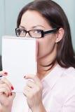 Versteckende Frau Lizenzfreie Stockfotos