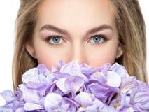 Versteckende Hälfte der Frau von Gesicht behinde Blumen Lizenzfreies Stockfoto