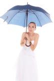 Versteckende Schutzsuche der Brautfrau unter Regenschirm Stockfoto