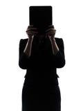 Versteckender Computer der Geschäftsfrau, der digitales Tablette silhoue berechnet Stockfotografie