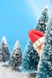 Versteckender Weihnachtsmann Stockfotografie