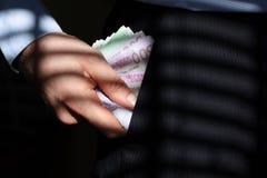 Versteckendes Geld Stockbild