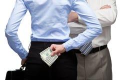 Versteckendes Geld und Mann der Frau im Hintergrund Stockfotografie