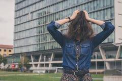 Versteckendes Gesicht des hübschen Mädchens mit ihrem Haar Lizenzfreies Stockfoto
