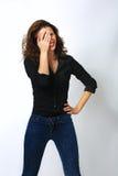 Versteckendes Gesichtslachen der spielerischen schüchternen Frau schüchtern lizenzfreie stockfotos