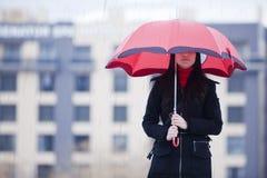 Versteckt unter Regenschirm stockbilder