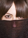 Versteckte Frau stockfoto