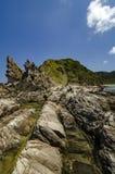 Versteckte Schönheitsbeschaffenheit von Kapas-Insel gelegen in Malaysia, magische Felsformation über Hintergrund des blauen Himme Stockbilder