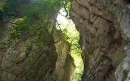 Versteckte weiße felsige Schlucht nach der Meinung des Tales unten mit einem schmalen Felsenkorridor Lizenzfreie Stockfotografie