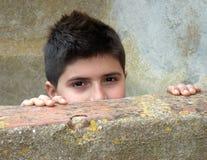 Versteckter Junge Lizenzfreie Stockfotos