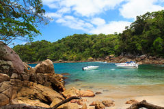 Versteckter kleiner Strand Caxadaço, Ilha groß, Brasilien stockbild