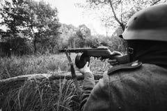 Versteckter Soldat Deutscher Wehrmacht-Infanterie-Soldat-In World Wars II stockfotos
