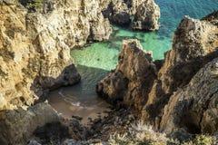 Versteckter Strand zwischen den Felsen stockbilder