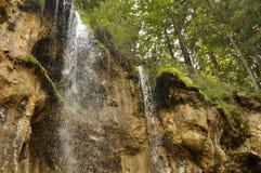 Versteckter Wasserfall im Wald Lizenzfreie Stockfotografie