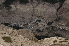 Verstecktes Dorf in Himalaja stockfotos