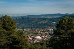 Verstecktes Dorf hinter der Steigung eines Berges lizenzfreies stockfoto
