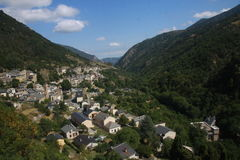 Verstecktes Dorf in Pyrenäen Lizenzfreie Stockfotos