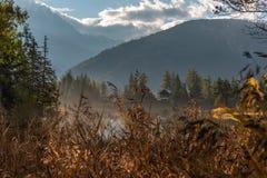 Verstecktes Dorf unter den Alpen stockfotografie