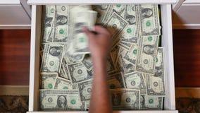 Verstecktes Fach voll von US-Währung stock footage