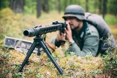 Verstecktes nicht identifiziertes wieder--enactor gekleidet als deutsches wehrmacht soldi Lizenzfreies Stockfoto