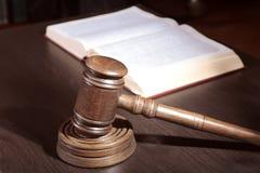 Versteigern Sie Hammer, Symbol der Berechtigung und Beschlussfassung Lizenzfreie Stockfotografie