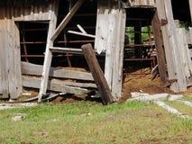 Verstelde Schuur op Plattelandsgebied stock afbeelding