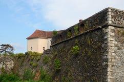 Versterkte muur en toren van middeleeuwse Uzhhorod-vesting, de Oekraïne Royalty-vrije Stock Foto's