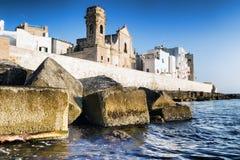 Versterkte muur van de oude stad van Monopoli Italië stock afbeeldingen