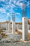 Versterkte staalbars op bouwpijlers, concrete details en stralen bij bouwterrein royalty-vrije stock afbeeldingen