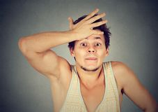 Verstomde mens pijnlijk met fout royalty-vrije stock fotografie