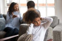 Verstoor de kleine zwarte oren van de meisjesdekking vermijdend familieconflict royalty-vrije stock foto's