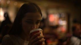 Verstoor eenzame vrouw het drinken koffie in cafetaria, die aan negatieve emoties lijden stock videobeelden