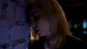 Verstoor het jonge vrouw leunen bij muur, die na verbreken, depressie, close-up lijden royalty-vrije stock foto's