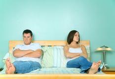 Verstoor Kaukasisch Paar dat in Bed vooruitgang boekt niet Royalty-vrije Stock Foto