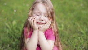 Verstoor mooi weinig leuk meisje die die op weide schreeuwen door groen gras middelgroot close-up wordt omringd stock videobeelden