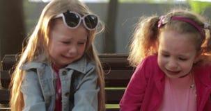 Verstoor mooi weinig leuk meisje die die op weide schreeuwen door groen gras middelgroot close-up wordt omringd stock video