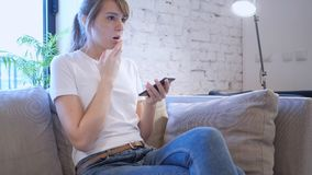 Verstoor Peinzende Vrouw die aan Verlies, Smartphone reageren stock afbeeldingen