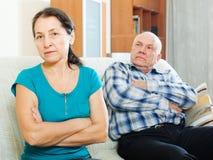 Verstoor rijpe vrouw tegen echtgenoot Royalty-vrije Stock Afbeeldingen