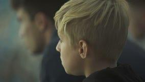 Verstoor weinig jongen voelt eenzaam en bored, genegeerd door oudere broer, sluit omhoog stock video